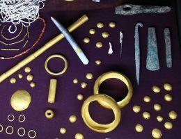 Najstarsze znane nam przedmioty wykonane ze złota. Fragment wystawy w Muzeum Archeologicznym w Warnie.