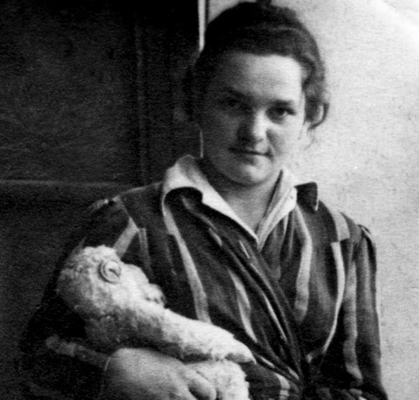 """Wanda z Peemkiem, maskotką małpką, którą dostała na koniec Powstania Warszawskiego od swoich kolegów. Zdjęcie z książki """"Powstańcy""""."""