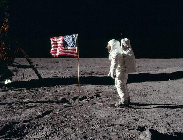 Buzz Aldrin salutuje amerykańskiej fladze na Księżycu.