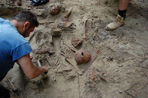 Ekshumacja szczątków ofiar rzezi wołyńskiej.