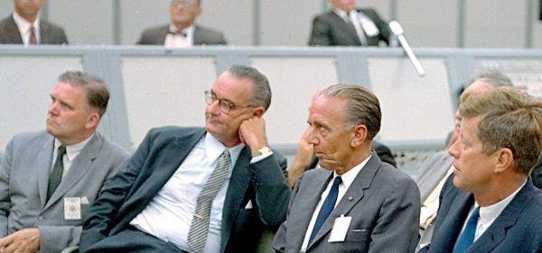Jednym ze sprowadzonych do Ameryki naukowców był Kurt H. Debus. Na zdjęciu siedzi pomiędzy prezydentem Johnem F. Kennedy'm i wiceprezydentem Lyndonem Johnsonem.
