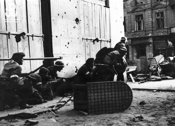 Wanda walczyła w Śródmieściu. Na zdjęciu powstańcy szykujący się do ataku.