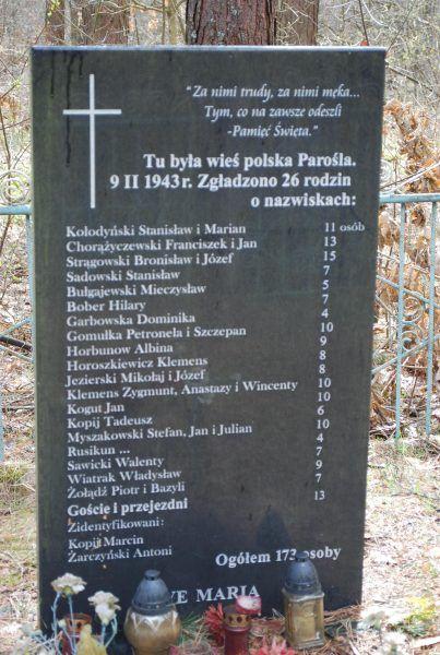 Tablica pamiątkowa z nazwiskami ofiar zbrodni w Parośli.