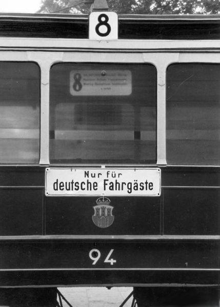 Tramwaje z wyznaczonymi miejscami tylko dla Niemców były dla cichociemnych transportowanych do kraju nowością (na zdj. tramwaj w Krakowie).