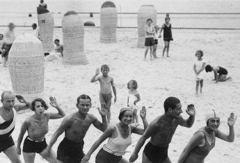 Lekcja tańca na plaży? Czemu nie! Przed wojną turyści również lubili korzystać z wakacyjnych rozrywek.