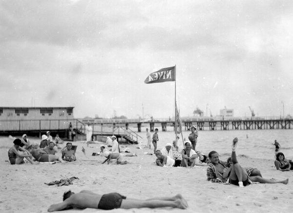 Bałtyk przed wojną był popularnym celem wyjazdów wakacyjnych Polaków. W latach 30. plaże były zatłoczone przedstawicielami wszystkich warstw społecznych.
