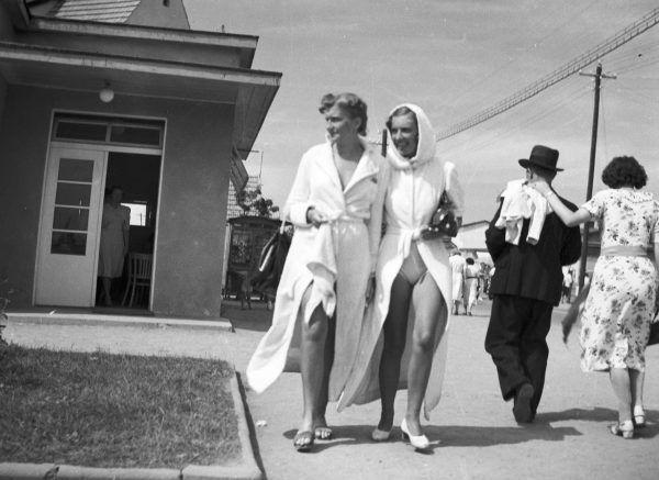 Za spacerowanie w rozpiętym płaszczu kąpielowym można było dostać mandat.