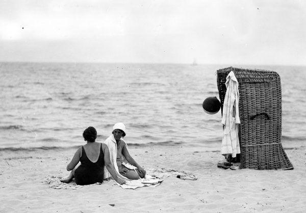 Przed wojną plażowe kosze były szalenie popularne – niektóre modele wyposażano w boczne okienka do podglądania sąsiadów.