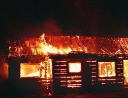 Zawadkę Morochowską spalili Niemcy. Ledwie mieszkańcy wystawili nędzne szałasy na miejscu dawnych domów, a Polacy puścili je z dymem.
