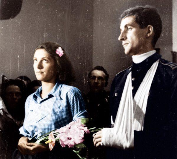 """Alicja Treutler i Bolesław Biega, czyli """"Lili"""" i """"Bill"""", 13 sierpnia częstowali gości francuskimi pasztetami, portugalskimi sardynkami i biszkoptami."""