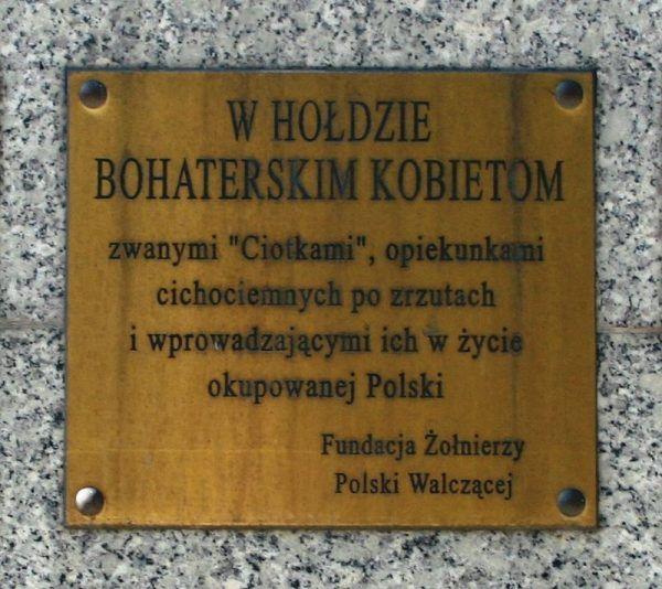 W życie w okupowanej Polsce wprowadzały cichociemnych tzw. ciotki.