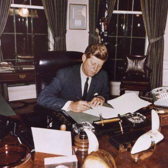 W odpowiedzi na zagrożenie ze strony ZSRR JFK wprowadził kwarantannę morską Kuby.