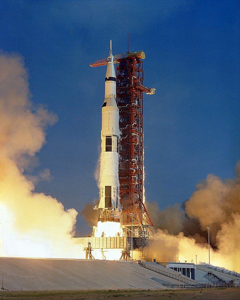 Start rakiety Saturn V, która wniosła na orbitę miskę Apollo 11.