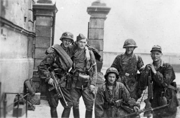 """Działacze podziemia w większości z entuzjazmem powitali perspektywę walki. Na zdjęciu żołnierze z Kolegium """"A"""" Kedywu."""