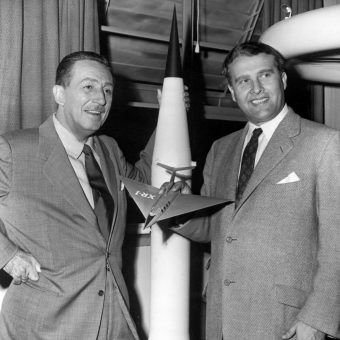 """Niektórzy nazistowscy naukowcy zyskali w Ameryce prawdziwą popularność. Wernher von Braun, nazywany """"ojcem NASA"""", współpracował nawet z Waltem Disneyem."""