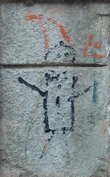 """Krasnal na ścianie kamienicy przy Smoluchowskiego 22 we Wrocławiu prawdopodobnie namalowany przez Waldemara """"Majora"""" Frydrycha."""