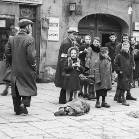Mieszkańcy getta na ulicy Leszno w 1941 roku. Na chodniku leży ofiara głodu.