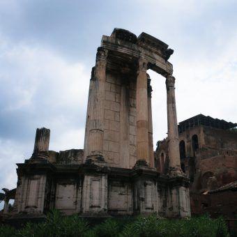 W świątyni Westy na Forum Romanum przez cały rok nieprzerwanie płonął święty ogień, który raz do roku – 1 marca był gaszony i rytualnie ponownie zapalany dla zapewnienia pomyślności Rzymowi.