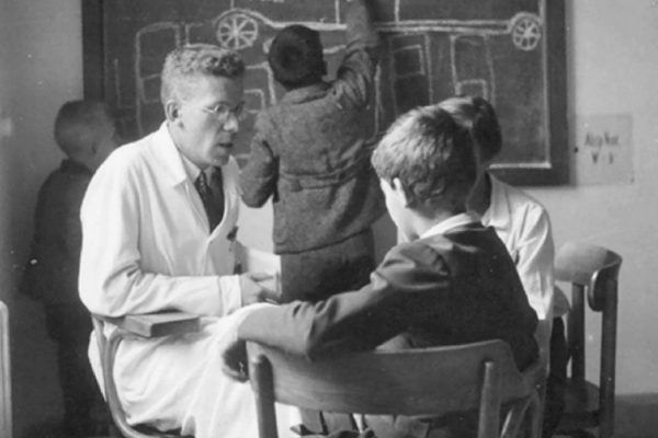Hans Asperger z dziećmi