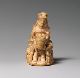 Figura królowej wykonana kości słoniowej