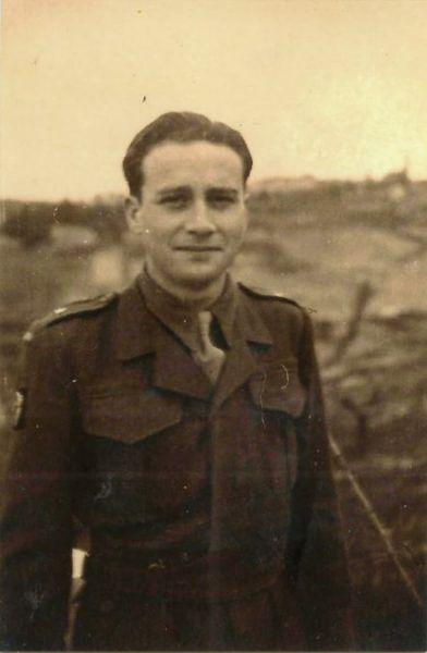 Stanisław Aronson (na zdj. w 1946 roku) przez niespełna rok mieszkał w getcie. Zdołał uciec z transportu do obozu koncentracyjnego i dołączył do ruchu oporu.
