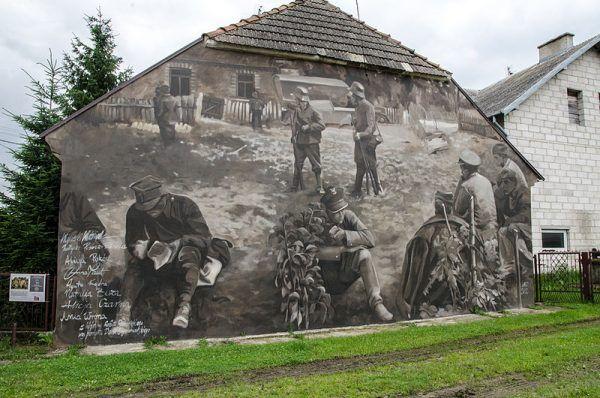 Mural przedstawiający żołnierzy kapitana Władysława Raginisa na ścianie jednego z domów w Wiźnie