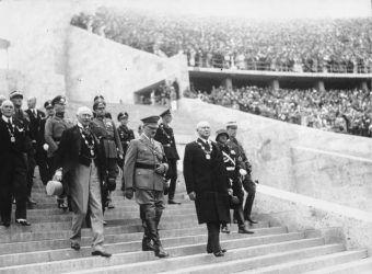 Z przodu od lewej: hrabia de Baillet Latour (przewodniczący MKOl), Adolf Hitler i Theodor Lewald (przedstawiciel komitetu organizacyjnego)