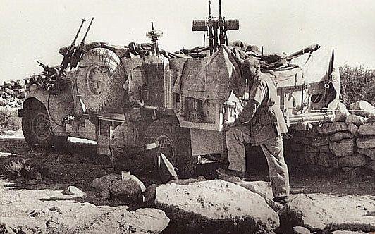 """Chevrolet jednostki LRDG, przeddzień operacji """"Caravan"""" wrzesień 1942r. Uwagę zwracają dwa sprzężone karabiny Vickers K, często służące również do obrony przeciwlotniczej."""