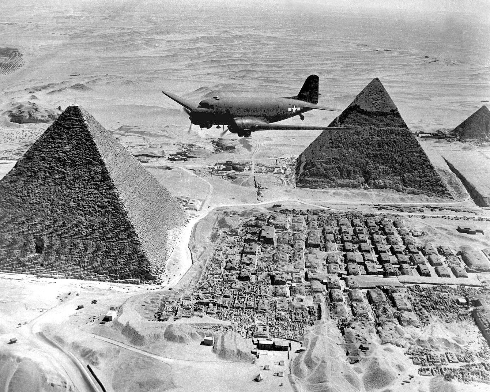 Piramidy egipskie z lotu ptaka. Na zdjęciu amerykański samolot c 47