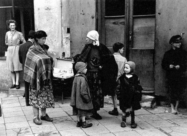 Na terenie getta kwitł handel uliczny. Na zdjęciu widzimy kobiety i dzieci przy ulicznym stoisku z papierosami.