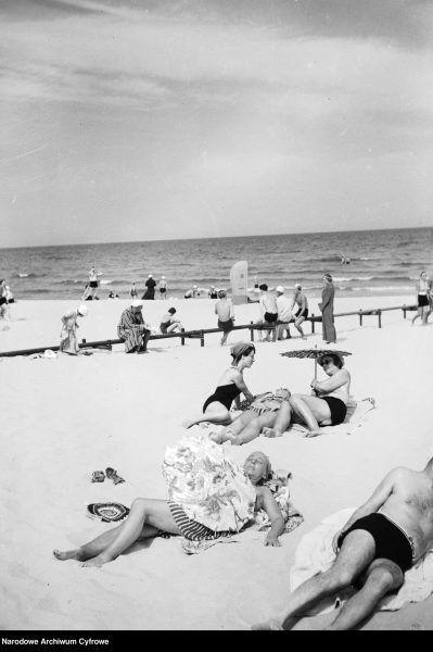 Plażowicze podczas wypoczynku nad morzem Bałtyckim