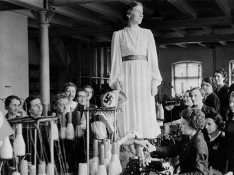 Zakład krawiecki (1940) w getcie łódzkim.