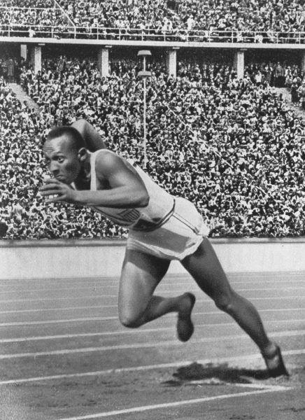 Jesse Owens, amerykański lekkoatleta, wielokrotny rekordzista świata i czterokrotny mistrz olimpijski z Berlina