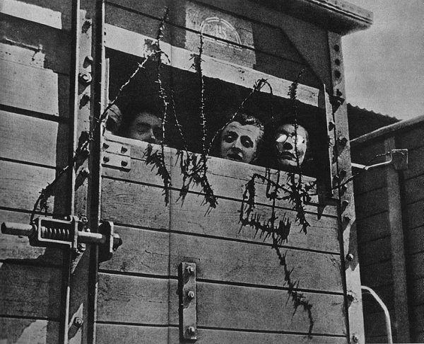 Żydzi w wagonie towarowym w drodze do obozu zagłady. Zdjęcie poglądowe
