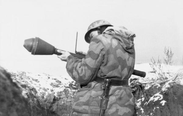 Żołnierz z Panzerfaustem, Ukraina, grudzień 1943.