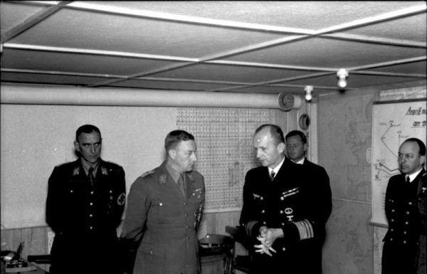 Karl Dönitz podczas narady wojennej. Zdjęcie poglądowe.