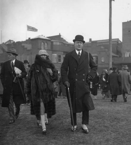 Gabrielle Chanel i Winston Churchill podczas polowania. Coco ubrana w wygodne i ciepły strój