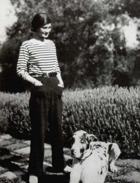 Coco Chanel w wygodnych spodniach i bluzce w stylu Mariniere