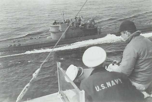 """Poddanie się U 234. Zdjęcie wykonano z pokładu USS """"Sutton"""""""
