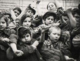 Dzieci z KL Auschwitz wyzwolone przez żołnierzy sowieckich.