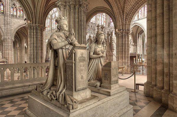 Wyidealizowane posągi Ludwika XVI i Marii Antoniny w Saint Denis