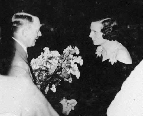 Adolf Hitler gratuluje Leni Riefenstahl. 1934 rok.