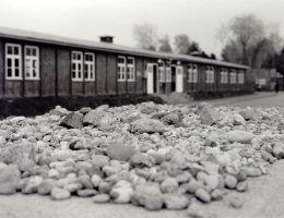 Przed jednym z baraków odwiedzający obóz Żydzi zostawiają kamienia na uczczenie pamięci zabitych tu ofiar.