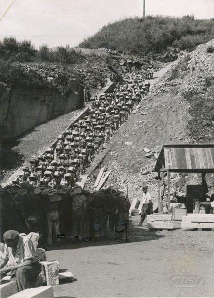 Do kamieniołomu prowadziły schody śmierci. Jeśli więzień był zbyt słaby, strącano go z nich do pobliskiego jeziora.