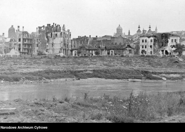Zniszczone budynki nad Sanem