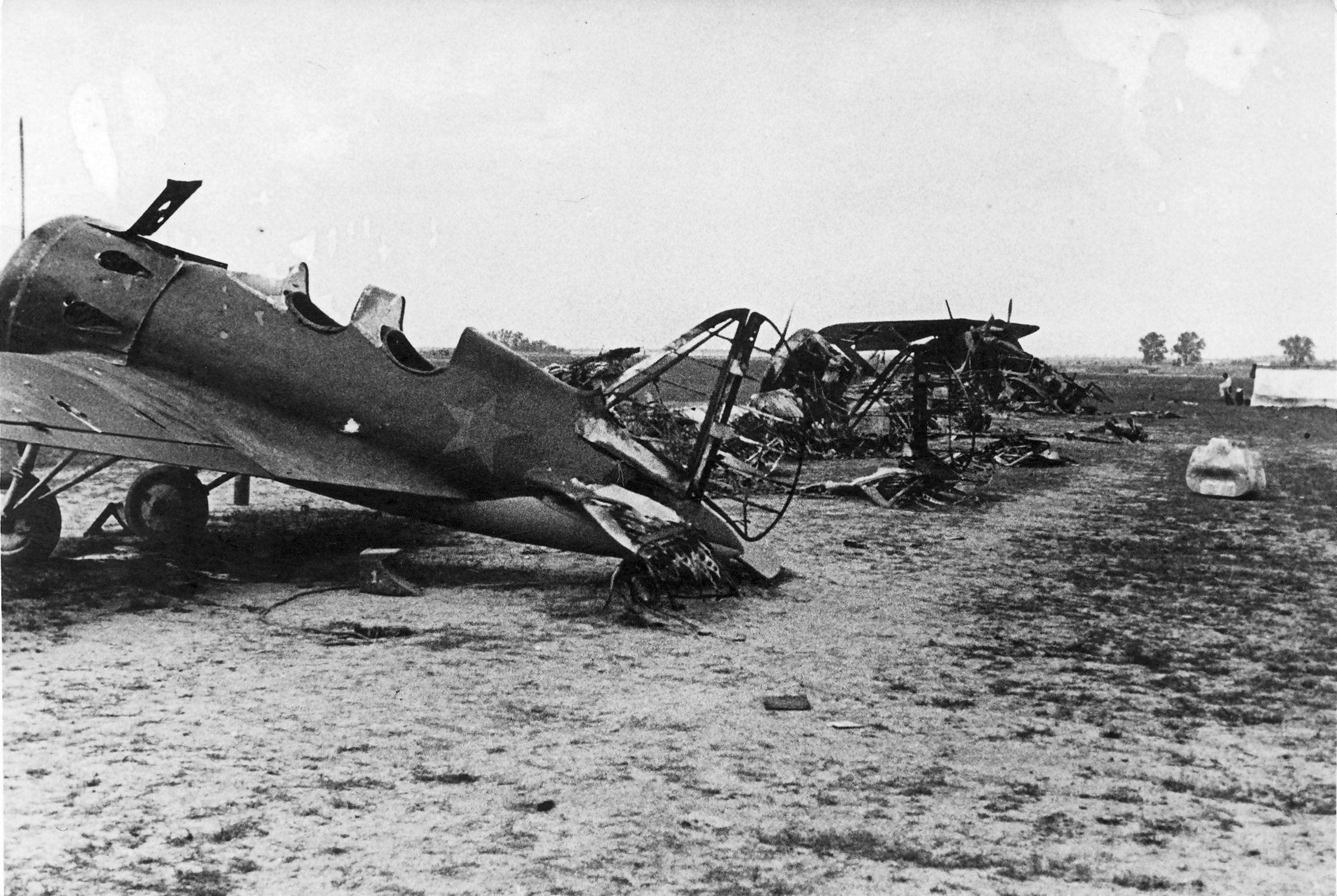 Samoloty radzieckie zniszczone w pierwszych dniach inwazji niemieckiej, czerwiec 1941r.