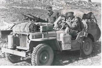David Striling, założyciel Special Air Service. Na samochodzie widać słynne karabiny maszynowe Vickers K
