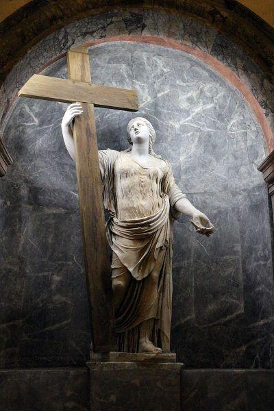 Posąg św. Heleny w kościele Santa Croce in Gerusalemme to w rzeczywistości pomnik Junony odnaleziony w Ostii, w którym wymieniono głowę oraz ręce, które od tej pory trzymają krzyż