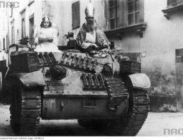 """Pchor. Edward Wojczak z 6 Pułku Pancernego """"Dzieci Lwowskich"""" jako Święty Mikołaj udaje się wraz z dziewczynką przebraną za aniołka, na czołgu M3/M5 Stuart, do dzieci w Bibbiena."""
