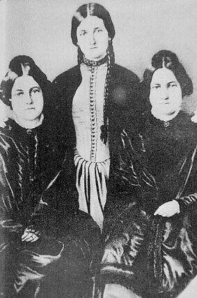 Siostry Fox dały początek ruchowi spirytualistycznemu. Od lewej do prawej: Margaret, Kate i Leah Fox